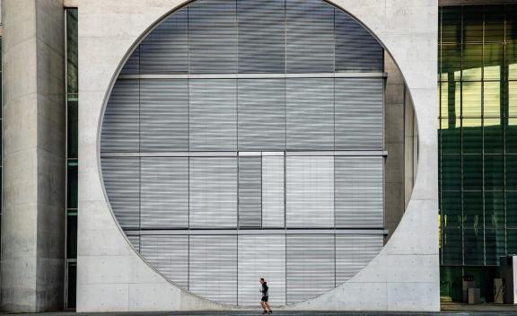 柏林通过为期五年的租金冻结法案,以遏制首都飙升的房租