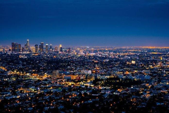在疫情重创经济的情况下,2020 年美国房市却蓬勃发展